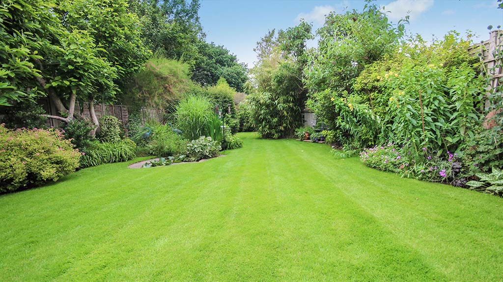 HOMES ON THE MARKET WITH BEAUTIFUL BRITISH GARDENS 2 Ashtead