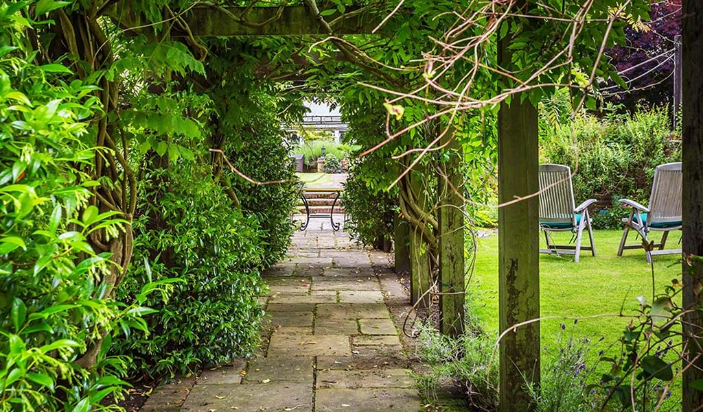 HOMES ON THE MARKET WITH BEAUTIFUL BRITISH GARDENS 1.Fetcham, Surrey