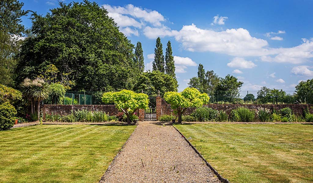 5 HOMES ON THE MARKET WITH BEAUTIFUL BRITISH GARDENS Lead Image Patrick Gardner
